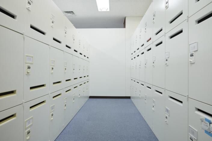 【ロッカールーム】社員1人つき1つロッカーが割り当てられています。