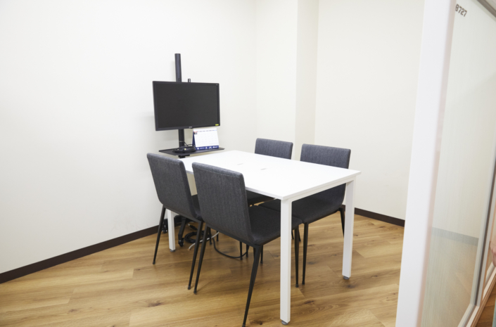 【小会議室4名】4名用の小会議室が2室あります。【小会議室6名】6名用の会議室です。モニター・コンセント配備。