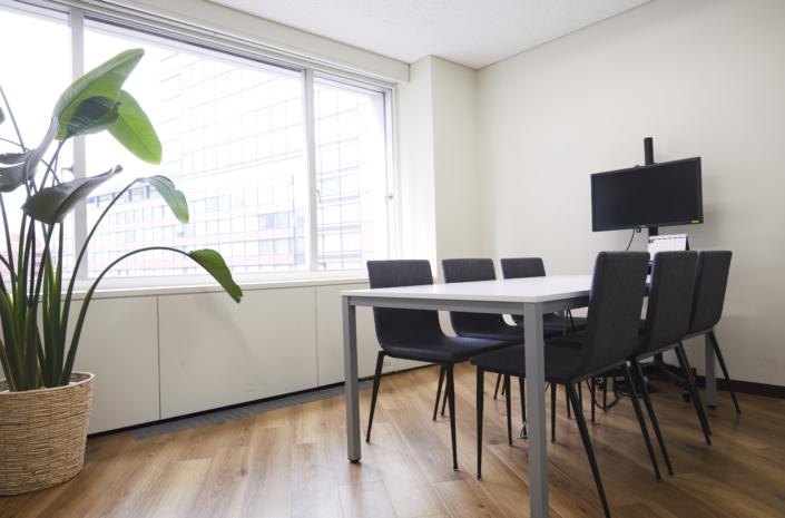 【小会議室6名】6名用の会議室です。モニター・ホワイトボード・コンセント配備。