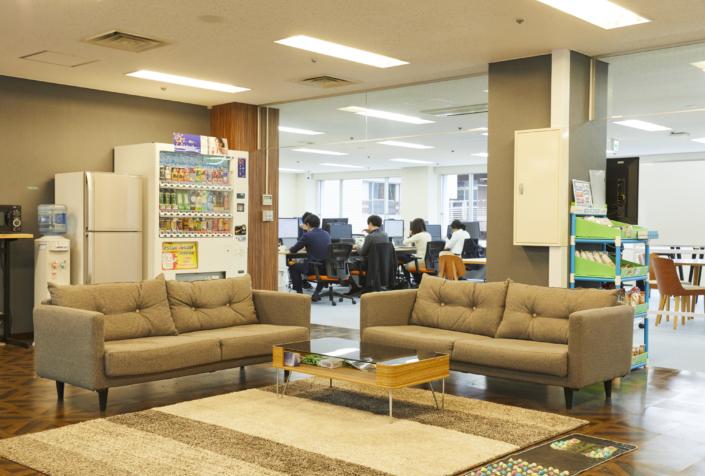 【3人掛けソファ】座り心地のいいソファエリアです。お昼時にお弁当を食べている社員が多いです。