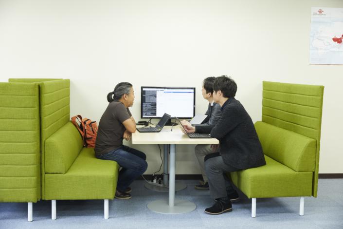 【ソファ席】オフィス内には円卓・角テーブル等もあります。数人での簡単なMTGや、気分を変えて仕事をしたい時におすすめです。