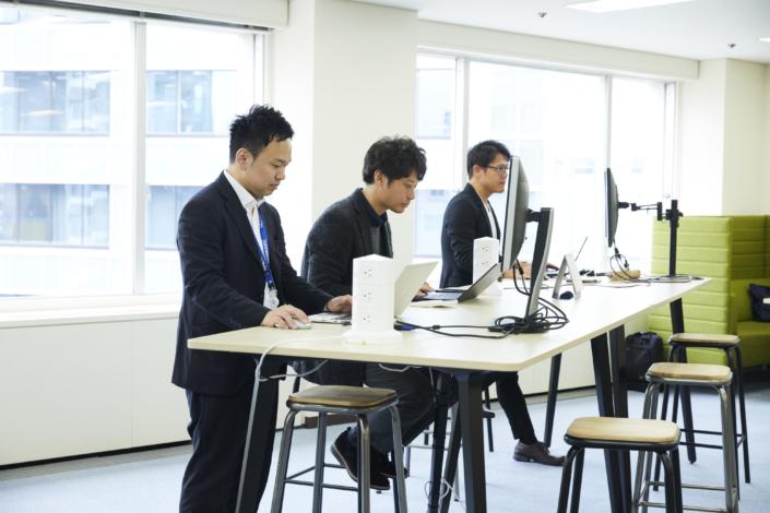 【カウンター席】フリーデスクとしてカウンター席も設けております。いつもと違った姿勢での仕事や立ちながらのデスク作業ができます。