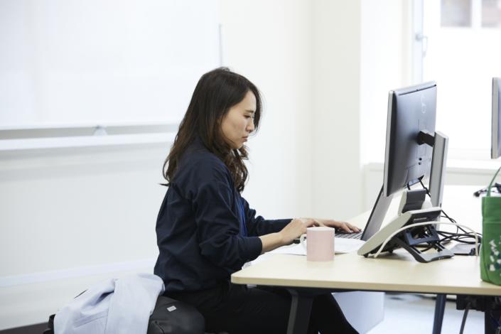 【デスク席】基本的には社員1人につき1つのノートPCが割り当てられます。一部部署を除いてフリーデスクになっています。