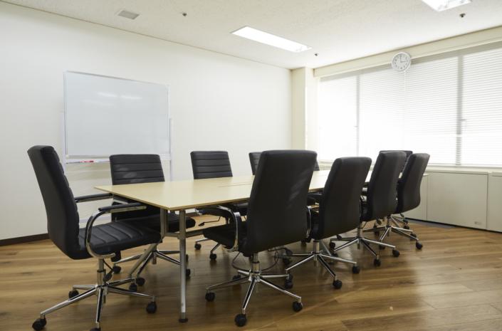 【大会議室】10名用の大会議室です。モニター・コンセント・ホワイトボードが常備されています。