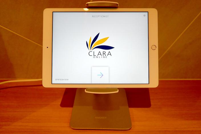 受付はiPadでReceptionistを使用しています。